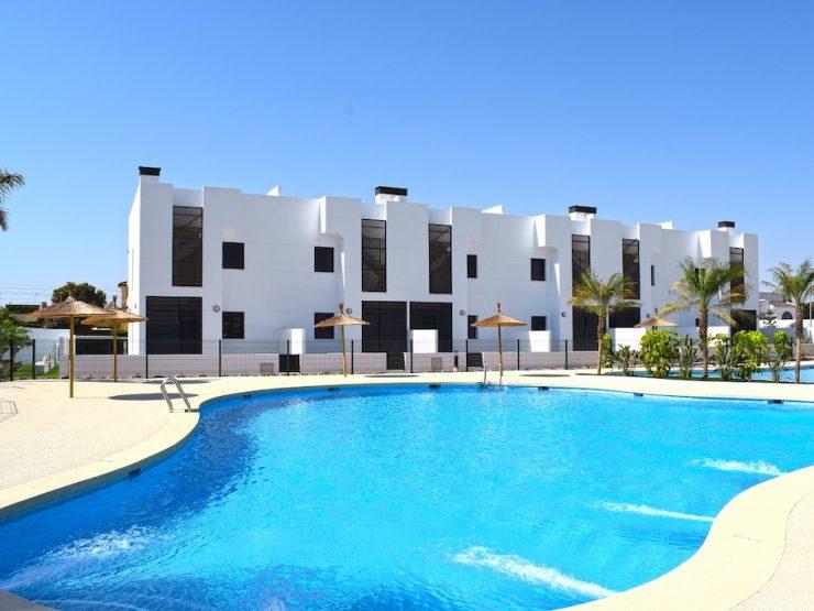 Maisonnetteau dernier étage près de la plage avec solarium à Mil Palmeras, Alicante, Espagne